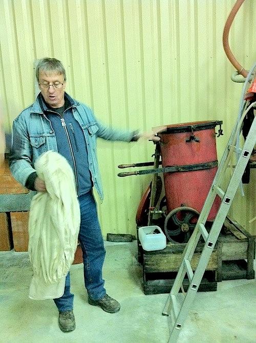 Bernard con una máquina de filtración de más de 100 años que aún la utiliza